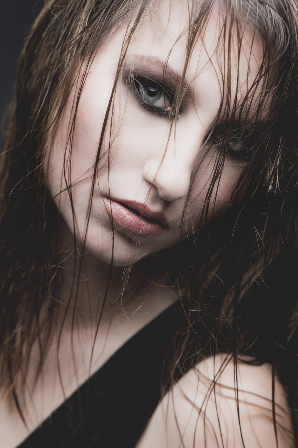 beauty makeup, glossy eye lids, wet hairstyle, smokey eye, editorial,  Fotoshooting